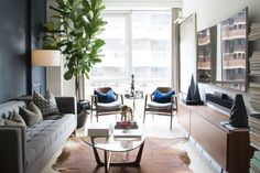 """Ali+had+a+few+key+foundational+pieces+but+needed+help+filling+in+the+blanks.+With+his+Homepolish+designer+<a+href=""""https://www.homepolish.com/interior-designers/matthew.cane""""+target=""""_blank"""">Matthew+Cane</a>,+accessories,+art,+lighting,+styling,+and+an+incredible+navy+accent+wall+came+together+for+the+ultimate+bachelor+pad.+Tour+the+gallery+for+the+design's+sleek+and+masculine+details.++"""