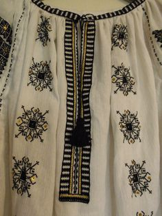 Romanian blouse - embroidery detail Embroidery Online, Folk Embroidery, Embroidery Patterns, Machine Embroidery, Antique Quilts, Traditional Outfits, Stitch, Knitting, Costume