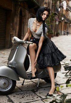 ¿Cuándo no están involucradas una mujer guapa y una Vespa? | «Une belle italienne sur sa Vespa».
