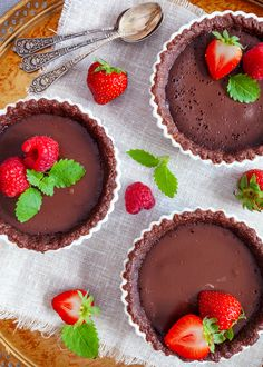 Mini-chokladpajer Delicious chocolate pies filled with creamy good chocolate. Chocolate Pie Filling, Chocolate Bark, Best Chocolate, Delicious Chocolate, Mint Salad, Holiday Snacks, Quick Snacks, Cute Cakes, Clean Eating Snacks