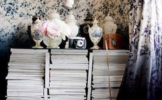 a magazine table. Magazine Table, Magazine Storage, Ideas Para Organizar, Bookshelf Styling, Old Magazines, Fashion Magazines, Bohemian Interior, Beautiful Interiors, Home Decor Inspiration