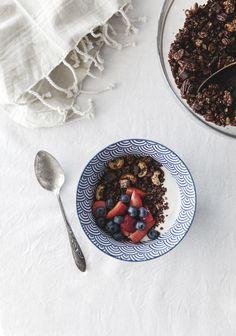 Ce matin, je recevais des amis pour le brunch et j'ai fait (entre autres) des granolas maison au chocolat que tout le monde a vraiment aimé, surtout avec du yogourt et des fraises.