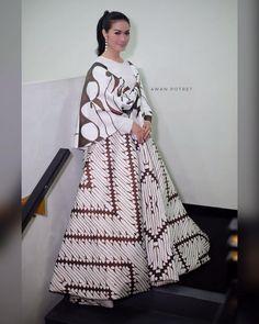 Batik Batik Fashion, Hijab Fashion, Fashion Dresses, Batik Kebaya, Batik Dress, Traditional Fabric, Traditional Outfits, Dress Batik Kombinasi, Batik Parang