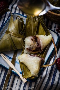 Zongzi with Red Bean Paste (Sticky Rice Dumplings, 粽子) - step-by-step pictures and video to show you how to wrap and cook sweet zongzi. Asian Desserts, Asian Recipes, Chinese Desserts, Asian Foods, Chinese Recipes, Red Bean Dessert, Sweet Sticky Rice, Arroz Frito, Red Bean Paste