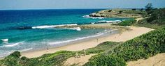 Praia de Tofo, Moçambique. Ao norte da capital, no caminho de Beira, encontra-se a Praia de Tofo que conta com dunas e areia branca, algo muito bonito.