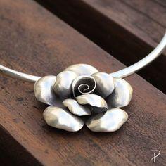 Pingente de Prata Bali bem de pertinho que é pra você se apaixonar ainda mais!😍🌸🌺 Pingente flor: 621018 [R$369] Aro espelhado: 00250 [R$269]
