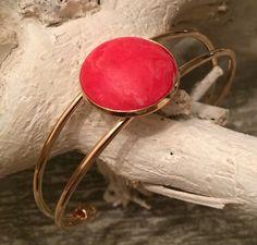 NEW | deze schitterende gouden bangle met mat rode steen voor € 8,50 per stuk | mix & match deze met al onze Ibiza look armbandjes | #marblesmusthaves #handmade #armbanden #armcandy #goud #rood #bangle #ibiza #ibizakleuren #happycolors #trendy #hip #loveit