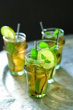 vert la menthe et au citron vert - Fitness Thrift Juice Drinks, Non Alcoholic Drinks, Summer Cocktails, Cocktail Drinks, Healthy Smoothies, Healthy Drinks, Veggie Recipes, Healthy Recipes, Healthy Cake