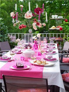 Ein Festtisch in Pink und Weiß sorgt für Sommerlaune. Schlichte Teller und Gläser werden durch ein geschicktes Arrangement veredelt. Tischläufer kann man selbst nähen. Tablescapes, Garden Design, Table Settings, Presentation, Pink, Table Decorations, Inspiration, Teller, Home Decor