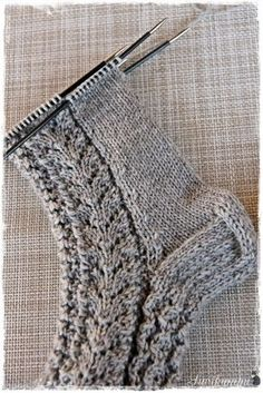 Lupasin laittaa pitsisukkien ohjeen tänne blogiin. Ohjeen saaminen kirjalliseen muotoon on jokseenkin haastavaa, sukkien mallit syntyvä... Wool Socks, Knitting Socks, Knitted Hats, Diy Crochet, Yarn Crafts, Knitting Patterns Free, Knitting Projects, Mittens, Lana
