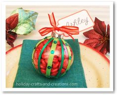 These Christmas place cards are very easy to make, and would also be a great party favor to your guests! Simply fill a clear ornament ball with small candies and decorate it however you like. Christmas Place Cards, Christmas Names, Great Christmas Gifts, Diy Christmas Ornaments, Holiday Fun, Holiday Crafts, Christmas Holidays, Christmas Ideas, Christmas Room