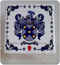 Azulejo personalizado em sublimação com brasão de Família Araujo. Playing Cards, Creativity, Playing Card Games, Game Cards, Playing Card