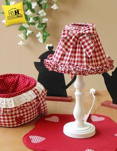 Lampada con cappello vichy rosso Shabby Chic Lamps, Shabby Chic Pink, Chandelier Shades, Lamp Shades, Lamp Redo, Lamp Makeover, Wire Lampshade, Country Lamps, Red Cottage