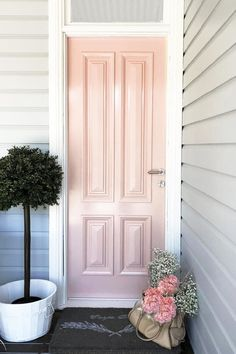 Recently Australian Artist and Illustrator Kerrie hess renovated her home, including a gorgeous pink front door. Home Style, Room Decor, Inspiration Hallway Decorating, Entryway Decor, Weatherboard House, Queenslander, Front Door Colors, Front Doors, Edwardian House, Pergola, Mediterranean Decor