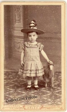 """jouets d'enfants, jeux de photographes : Petit garçon """"Robert Delaval"""" vêtu d'une robe et  ..."""