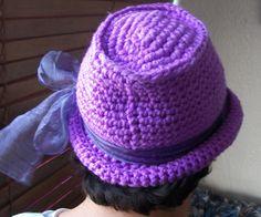 Sombrerito en crochet y lazo de seda.