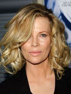 Kim Basinger - Famous Women over 50 Who Are Still Beautiful pics) Kim Basinger, Beautiful Women Over 50, Beautiful Old Woman, Pretty Woman, Hairstyles Over 50, Hairstyles Haircuts, Celebrity Hairstyles, Ageless Beauty, Popular Haircuts