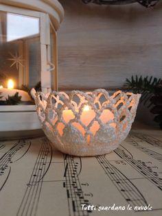Coroncina fuoriporta natalizia con cristalli di neve a crochet, cestini decorativi a crochet inamidato