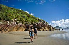 """Se você adora as paisagens e o clima do litoral sul de São Paulo, não abre mão de estar próximo da natureza, ou adora grandes aventuras, que tal conhecer esses quatro destinos, onde você não precisa levar mais nada além de uma mochila nas costas? Sinta-se livre para curtir esses roteiros e faça uma viagem...<br /><a class=""""more-link"""" href=""""https://viagem.catracalivre.com.br/brasil/roteiro-viagem/indicacao/o-que-tem-de-melhor-e-mais-barato-no-litoral-sul-de-sp-alem-das-praias/"""">Continue…"""