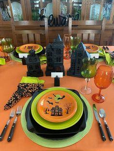 Halloween Haunted Houses, Spooky Halloween, Halloween Themes, Halloween Crafts, Happy Halloween, Halloween Party, Mickey Halloween, Halloween House, Halloween 2020