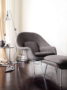 Discover the authentic Womb Chair and Ottoman by Eero Saarinen for Knoll, an iconic version of midcentury organic modern furniture design, made to curl up in. Mesa Saarinen, Saarinen Chair, Modern Furniture, Furniture Design, Lampe Gras, Womb Chair, Interior Styling, Interior Design, Take A Seat