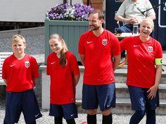 Наследная пара Норвегии провела футбольный матч: ru_royalty