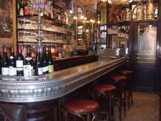 """LE COCHON A"""" L""""OREILLE , 15 rue Monmarte, 2e . Authentique bistrot des Halles de Paris fin XIXème, une cuisine simple à base de produits frais et de qualité.  Capacité maximale du restaurant : 18 couverts  Spécialité du restaurant :   Tartare de boeuf Charolais"""