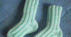 Un modèle très simple et rapide de chaussettes pour bébé pour débutante. On tricote avec 2 aiguilles droites et on termine par une couture s...