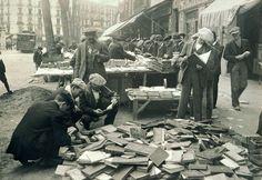 Barcelona i els llibres    Parades de llibreters de vell al Mercat de Sant Antoni a la Barcelona dels anys vint i trenta.
