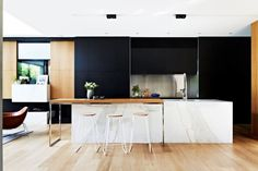 101 black white wood kitchen, cream and dark brown wooden cabinet White Wood Kitchens, Timber Kitchen, Kitchen Benches, Kitchen Stools, Cool Kitchens, Modern Kitchens, Kitchen White, Kitchen Modern, Bar Stools
