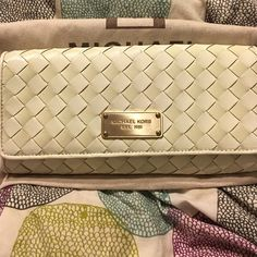 Michael Kors clutch White Michael kors clutch great to be paired with a night out of town with a pair of jeans for summer or dress. Perfect for spring as well. Michael Kors Bags Clutches & Wristlets