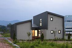 <div align=right><font color=blue>ⓒ박영채</font></div>리빙큐브 방식으로 지어진 원주 젓가락집은 군더더기가 없다. 건축주와 건축가는 가장 단순해서 가장 특별한 집을 지었다.