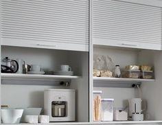 Interiores funcionales     El interior del módulo persiana, además de ofrecer una zona adicional de trabajo, cuenta con tomas de corriente e iluminación propia que permiten el uso de pequeños electrodomésticos sin necesidad de cambiarlos de lugar.