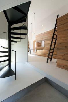 一級建築士事務所 サトウ工務店: 竣工写真 らせん階段、入れ子、雨板、高性能