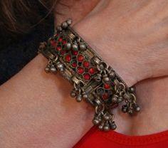 Tribal fusion armband OUD ZILVER KLEUR met belletjes en rode steentjes ingelegd…