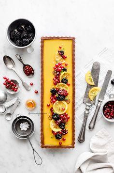 Passion fruit & lemon tart with chocolate crust ( Vegan, Gluten-free & refined sugar-free) Tart Recipes, Almond Recipes, List Of Desserts, Lemon Desserts, Patisserie Vegan, Passion Fruit Juice, Gluten Free Oats, Fruit Tart, Healthy Cake