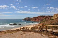 La Costa Vicentina, que asciende desde el extremo sudoeste de Algarve, en el Cabo de San Vicente y punta Sagres, por todo el litoral, alcanzando el Alentejo, es una de las costas más buscadas por sufers y bodyboarders de toda Europa.Aguas limpias y bravas, de temperatura agradable todo el año, playas alejadas del turismo y …