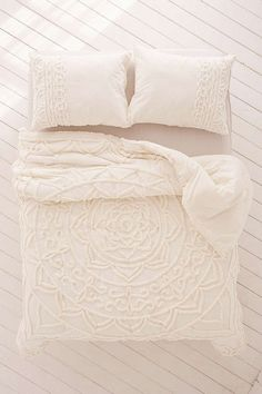 Slide View: 2: Chloe Tufted Medallion Comforter