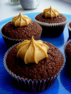 Šokoladiniai keksiukai su žemės riešutų sviesto kremu