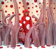 Snapshot of the Louis Vuitton store on Fifth Avenue New York circa a few years ago when the lux brand collaborated with Yayoi Kusama, a world-renowned 82 year old Japanese artist obsessed with polka dot Retail Boutique, Louis Vuitton Store, Yayoi Kusama, I Love Ny, Visual Display, Design Your Life, Youth Culture, Creative Outlet, Japanese Artists