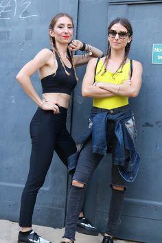 Zerissene Hosen, zerschnittene Tops: Die Schwestern drücken mit ihrer Kleidung ihre Persönlichkeit aus und machen alt zu neu.
