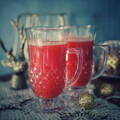 Alkaa niin turhauttaa nämä jatkuvat flunssat.🤒🤧 Pitäisi olla ahkerana koulutehtävien parissa, mutta kuinka niistä selviytyy, kun korvista kuuluu vain surinaa ja ohimolla jyskyttää suoni sydämen tahtiin?! Muusta olosta puhumattakaan. 😪  Blogissa lisää kuumia juomia, joista uusin on keitetty puolukasta mausteiden kera. 🥰  #flunssa #juomat #puolukka #lingonberry #kuumajuoma #flunssajuoma #kotiliesiblogit Moscow Mule Mugs, Alcoholic Drinks, Tableware, Glass, Food, Instagram, Dinnerware, Drinkware, Tablewares