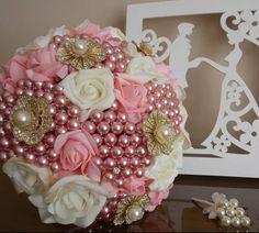Buquê de noiva em flores, broches e pérolas.  Buquê de Broches by Emiliane Pereira. WhatsApp ( 62 ) 8118-7054