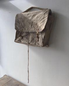 _ 売約済みのものですが、 布製の手提げ鞄。 こちらも日本のもの。 目が細く、ハリもあってコシが強く、見てもらっての通り、型崩れしにくく、古いながらもちゃんと立体を留めています。 正直、もしまた出てくるなら僕も欲しい! 縫製をたどると手縫いの跡がしっかりとあり、まさしくハンドメイドの古き良き一点もの。 作れそうで作れない突拍子もないデザインというか、この紐ですよね。。特に良いのは、、 なくても良い。けどあってくれたことにバンザイ。 喋りすぎですね!笑 布鞄 / 戦前〜1940年頃 #古道具 #古着 #古物 #鞄 #リネン #ヘンプ