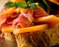Sandwich au melon et jambon cru Bruschetta, Toast, Wrap Sandwiches, Fett, Hot Dogs, Waffles, Picnic, Prosciutto, Snacks