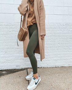 green leggings // long camel coat // nike casual sneakers - Women's style: Patterns of sustainability Outfits Otoño, Tumblr Outfits, Fall Outfits, Fashion Outfits, School Outfits, Style Casual, Comfy Casual, My Style, Outfit Invierno