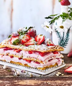 Britajäätelökakku – korvaa kermavaahto jätskillä ja uusi kesähitti on syntynyt | Maku Something Sweet, Christmas Baking, Tart, Waffles, Deserts, Brunch, Strawberry, Ice Cream, Bread