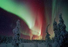 Suomen pohjoisimmassa Lapissa maapallon magneettikenttä, kylmät ja kirkkaat yöt sekä talven pimeys ovat suotuisat revontulien katselulle.