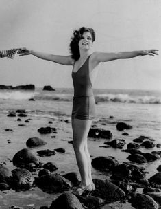 Clara Bow – Iconic Actress on the beach circa 1927 Black & White print, Multiple Sizes – Classic Vintage Hollywood Glamour Old Hollywood Glamour, Vintage Glamour, Vintage Hollywood, Vintage Beauty, Classic Hollywood, Louise Brooks, Josephine Baker, Marlene Dietrich, Classic Actresses