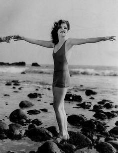 Clara Bow – Iconic Actress on the beach circa 1927 Black & White print, Multiple Sizes – Classic Vintage Hollywood Glamour Old Hollywood Glamour, Vintage Glamour, Vintage Hollywood, Vintage Beauty, Classic Hollywood, Hollywood Hills, Vintage Style, Louise Brooks, Josephine Baker